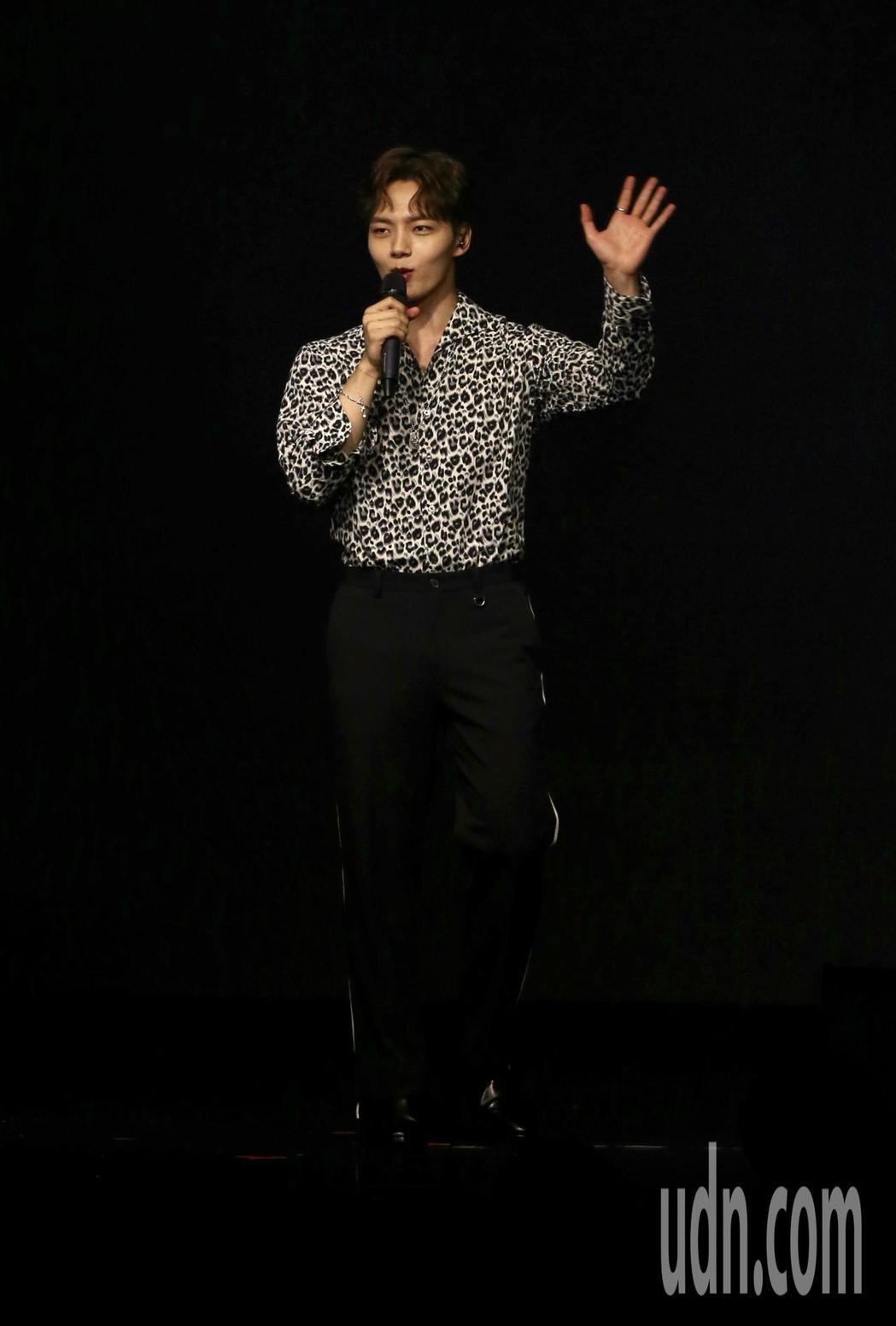 韓星呂珍九晚間舉辦粉絲見面會,一開場就帶來一首抒情歌曲,與粉絲們同歡。記者許正宏...