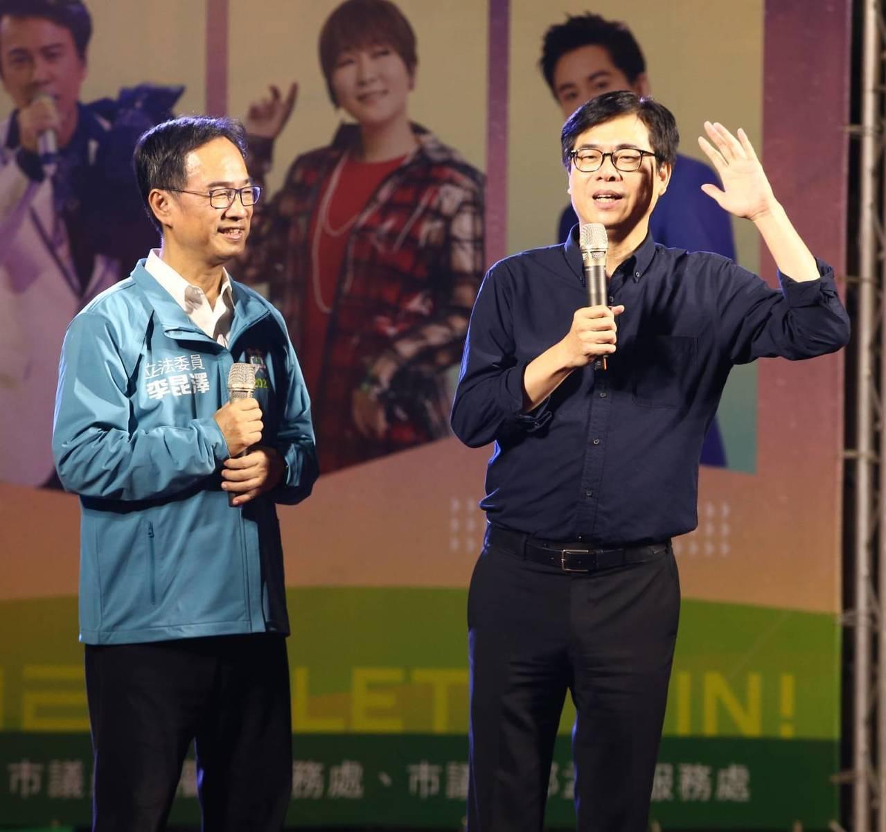 行政院副院長陳其邁(右)晚間為尋求連任的立委李昆澤(左)站台,意有所指說,不管選...