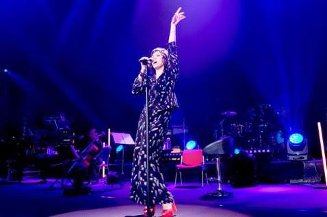 擁有「新加坡國寶」美名的陳潔儀3日首度在台舉行大型個唱,先打開話匣子道心聲,又在曲序安插驚喜,特別帶來23年來不曾公開演唱的「別讓我恨你」一曲,她稱是要向歌迷懺悔,因為以前常被拿來清唱2句逗弄歌迷,...