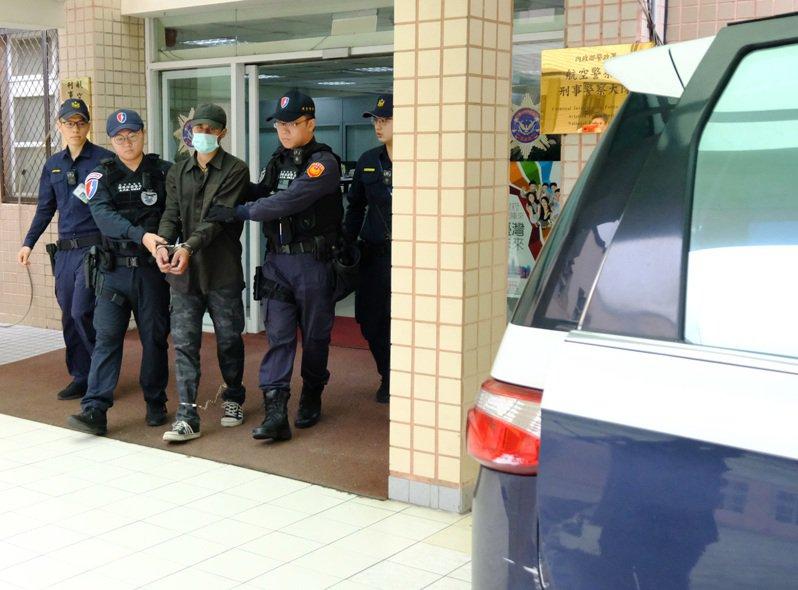 桃園國際機場一名外籍男子(左三)非法闖機場管制區爬飛機起落架偷渡,桃園地院裁定該俄羅斯男子收押。 記者曾增勳/翻攝