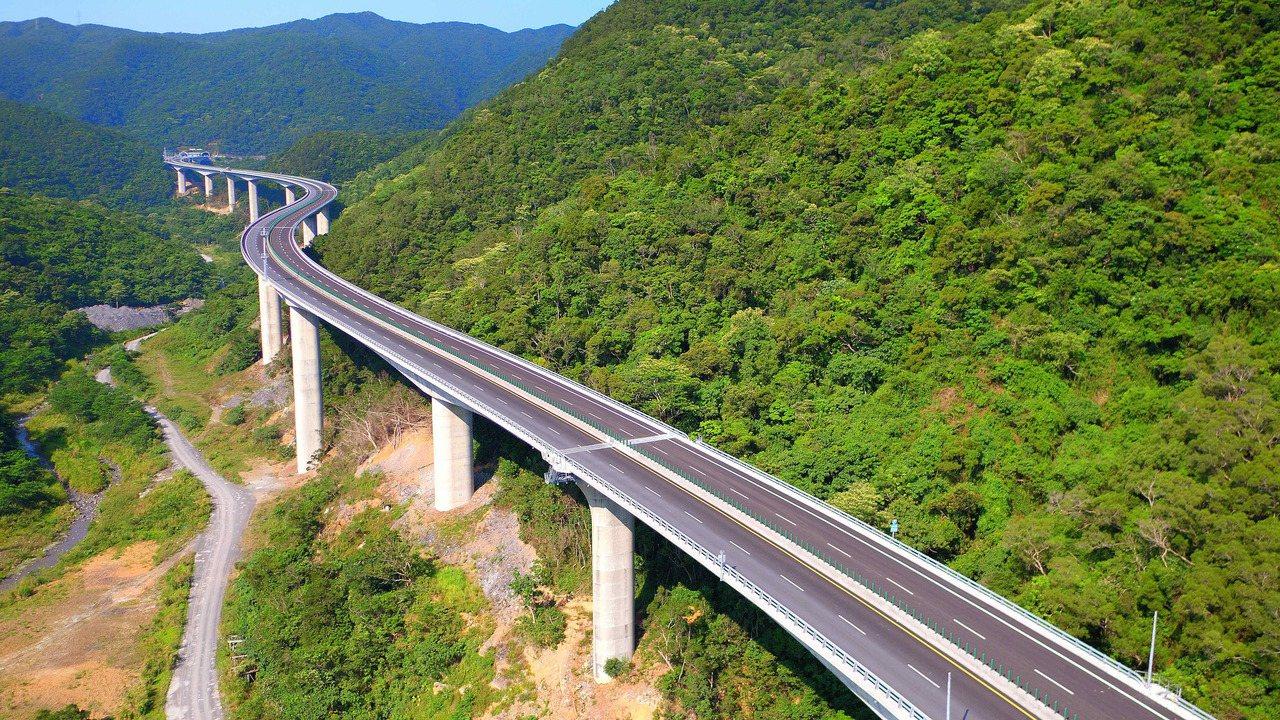 南迴公路台東安朔至屏東草埔路段,高架道路穿越奇峻山谷,氣勢壯麗,被譽為台灣最美道...