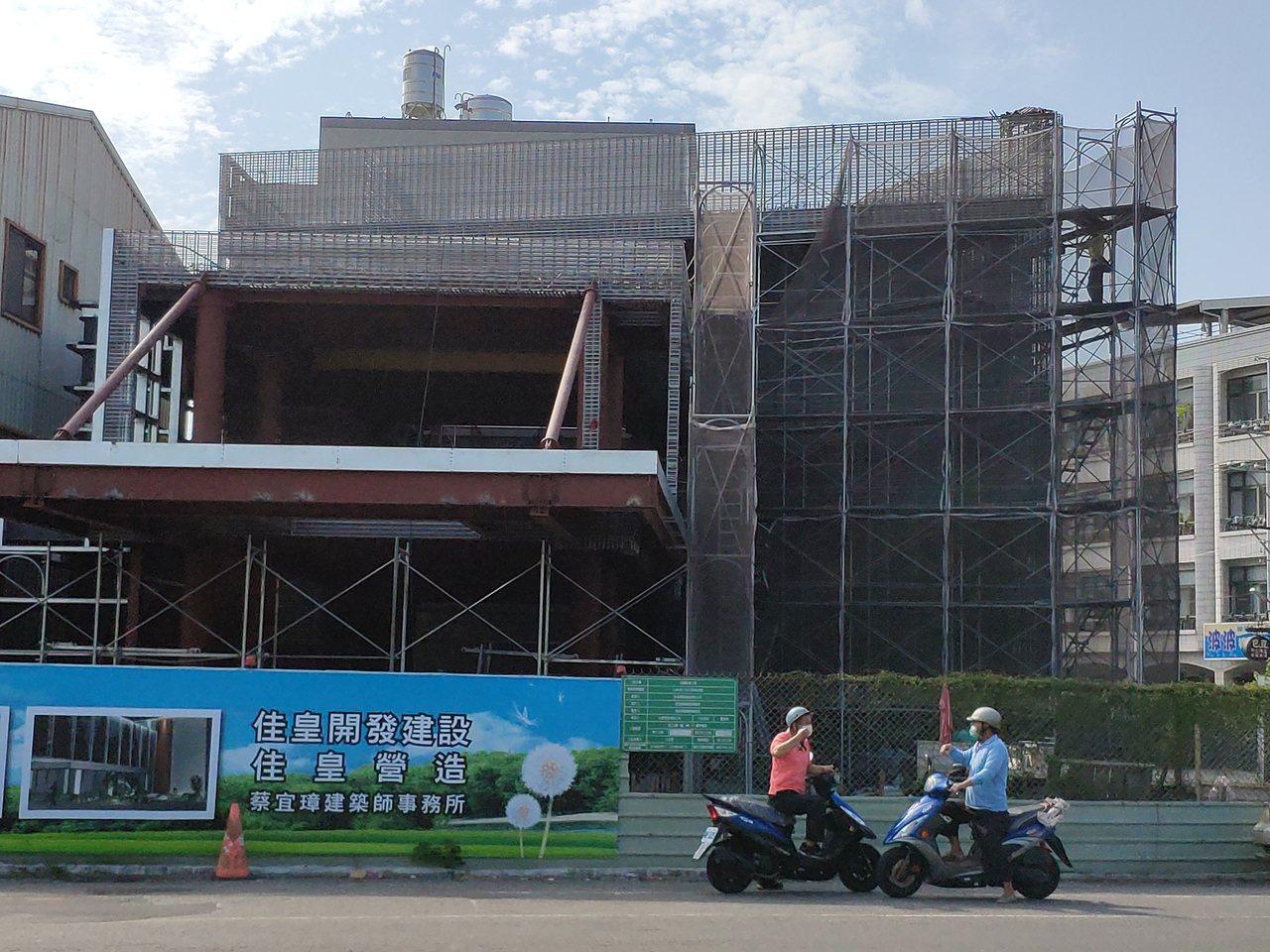 星巴克咖啡將進駐台南佳里傳聞成真,目前外觀建物已現雛形。記者謝進盛/攝影