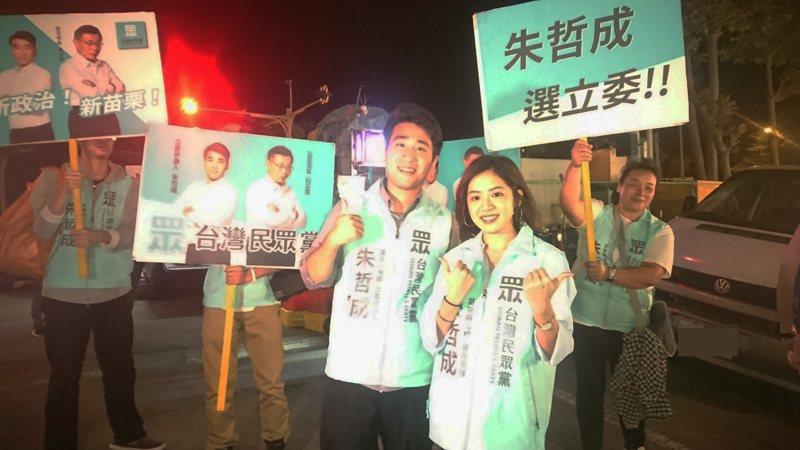 「學姐」黃瀞瑩(前排右)今天晚上7點應邀到苗栗縣後龍鎮夜市,陪同民眾黨苗栗縣第1選區立委參選人朱哲成(前排左)徒步拜票。記者范榮達/攝影