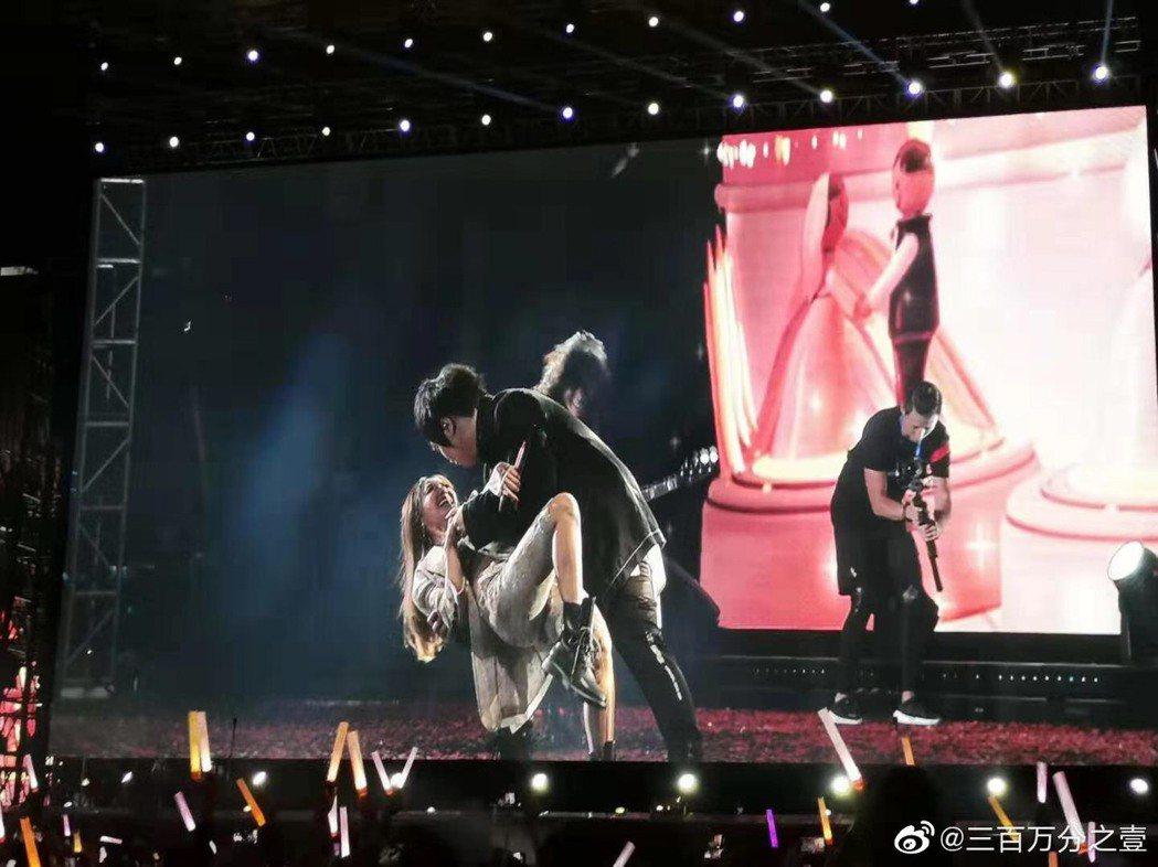 阿信(上)把嘉賓蔡依林擁入懷中大跳雙人舞。圖/摘自微博