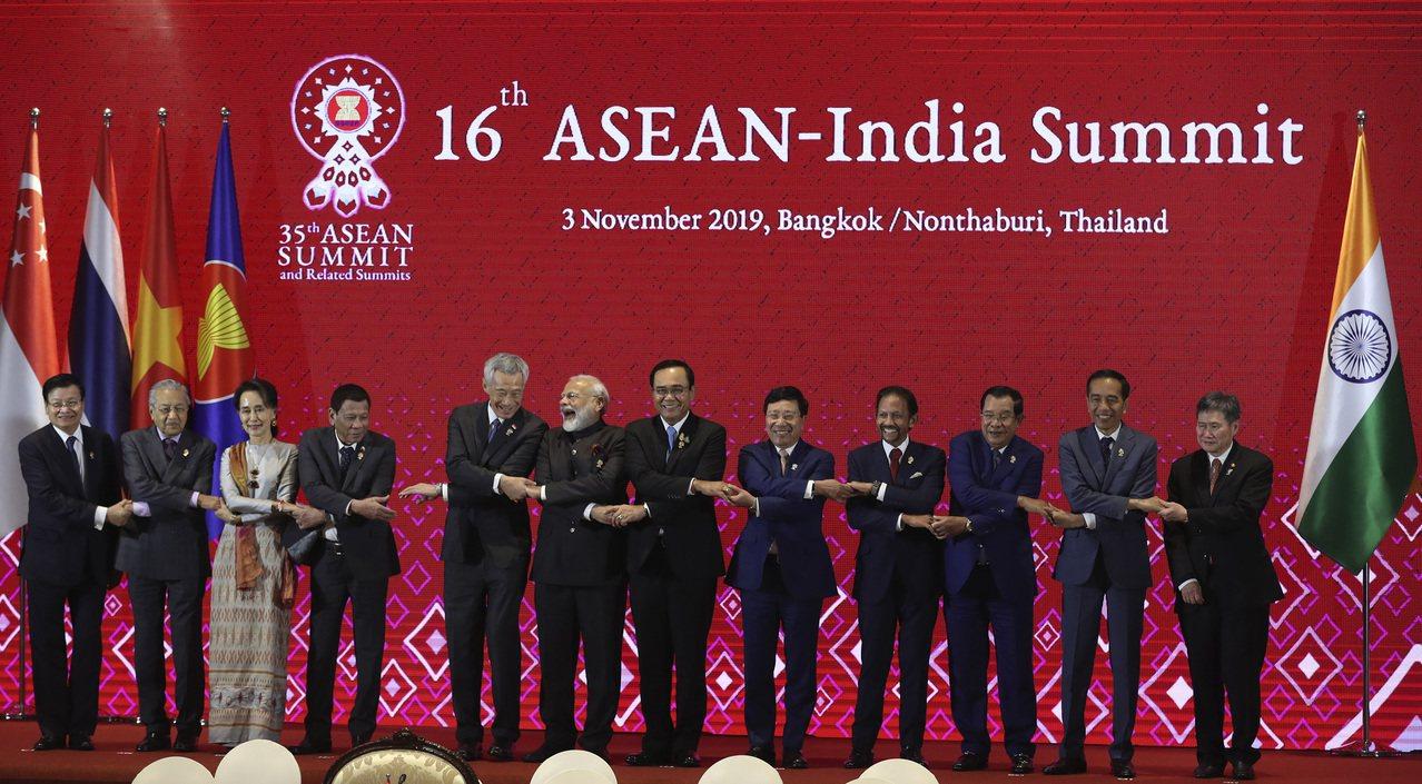 東協印度峰會3日在泰國曼谷附近的暖武里府舉行,印度總理莫迪(左六)在領袖大合照時...