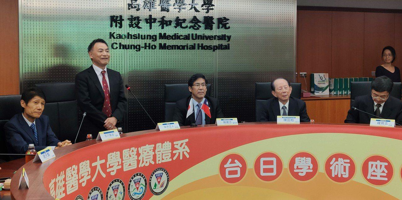 日本參議員古川俊治(左一)、慶應醫學部副部長安井正人(左二)到訪高雄醫學大學,了...