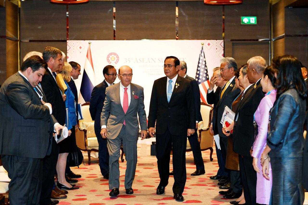 泰國總理帕拉育(中右)和美國商務部長羅斯(中左)三日在曼谷會談。美國今年赴曼谷參...