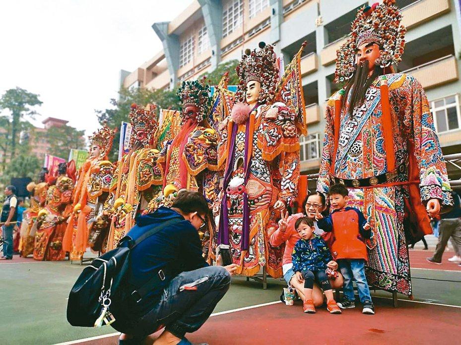 蘆洲神將文化祭今年改市區舉辦,吸引許多家長帶小朋友來拍照。 記者張曼蘋/攝影