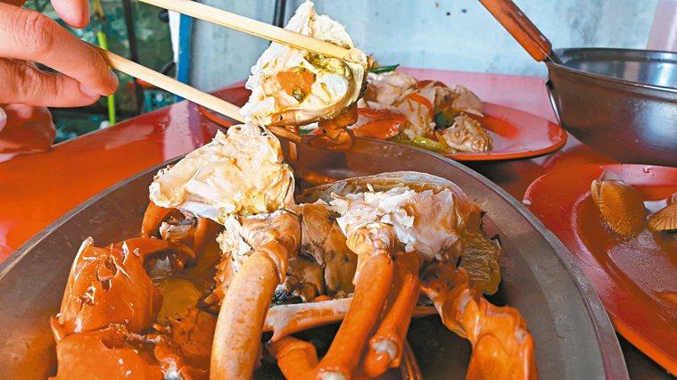 秋天吃螃蟹正當時,但中醫師提醒對蟹過敏、腸胃虛寒等患者少吃,甚至忌口。 記者胡瑞...