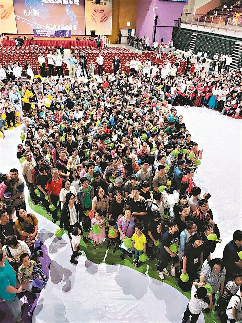 副總統陳建仁昨參加台中市茂盛醫院的試管嬰兒大聚會時,和民眾一起排成台灣造型圖案。 記者黃寅/攝影
