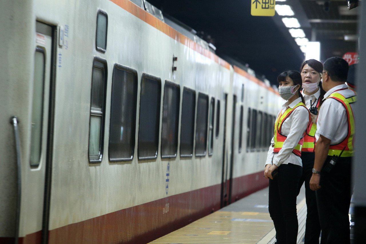 柴油列車進站時月台PM2.5濃度偏高,車站工作人員戴口罩。記者劉學聖/攝影