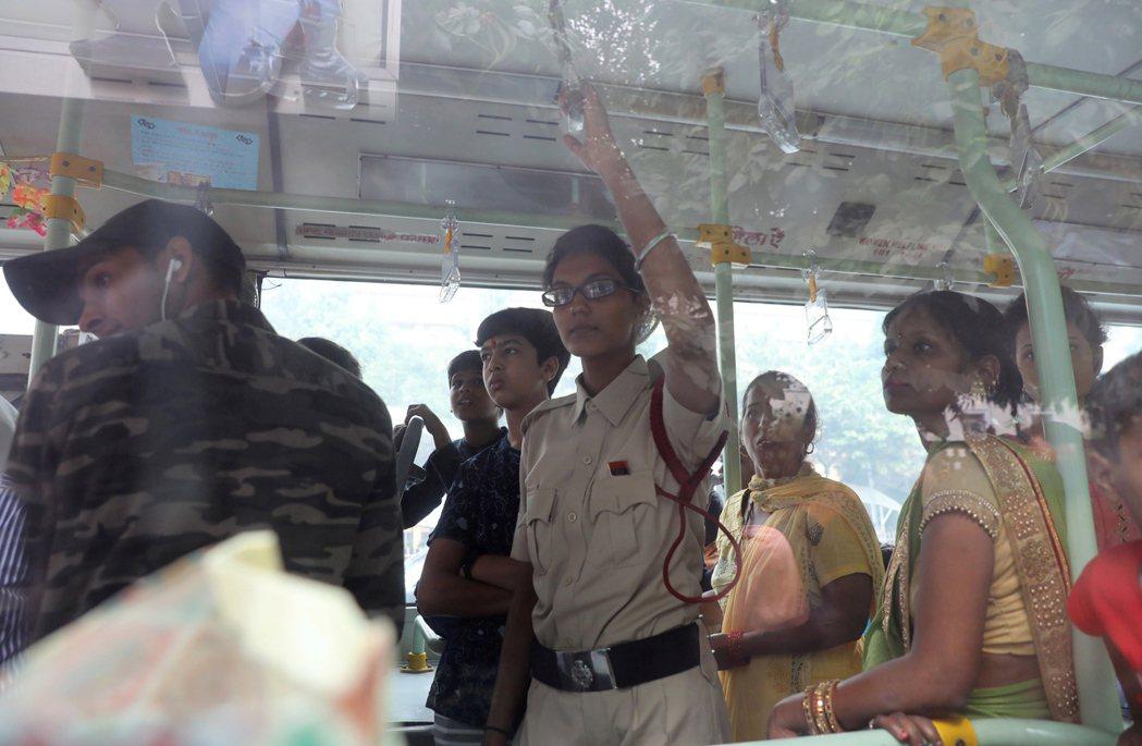 一名女性維安官員和乘客一起搭公車,確保女乘客安全。 (歐新社)