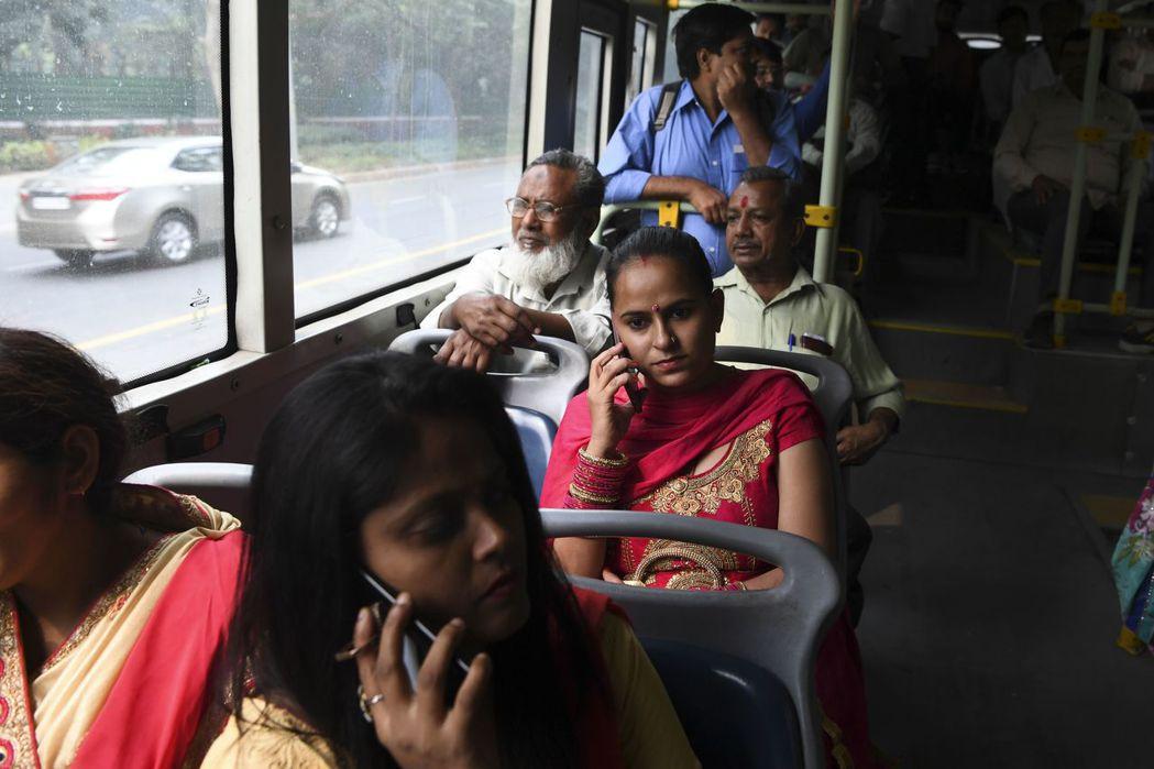 有民眾表示,免費搭公車措施對需要搭車上班的女性很有幫助,可省下一筆費用。 (法新...