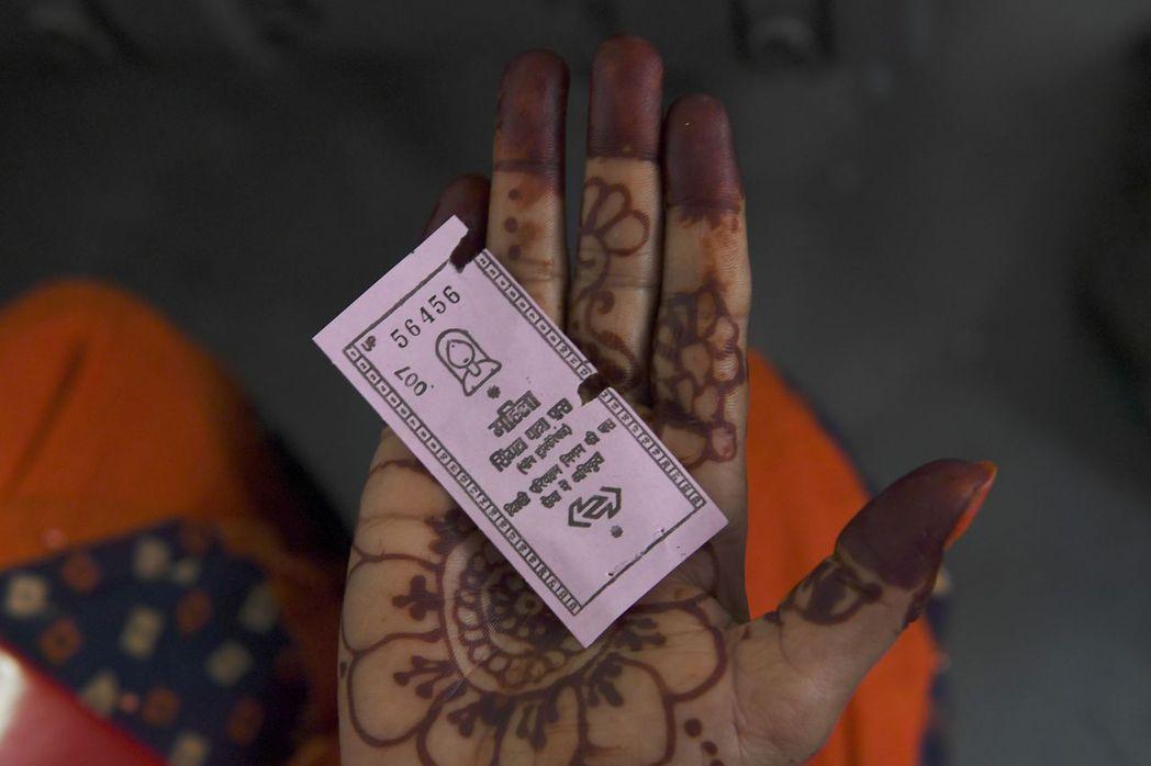德里政府10月29日推出女性免費搭車服務,憑圖中粉紅色票券即可免費搭乘公車。 (...