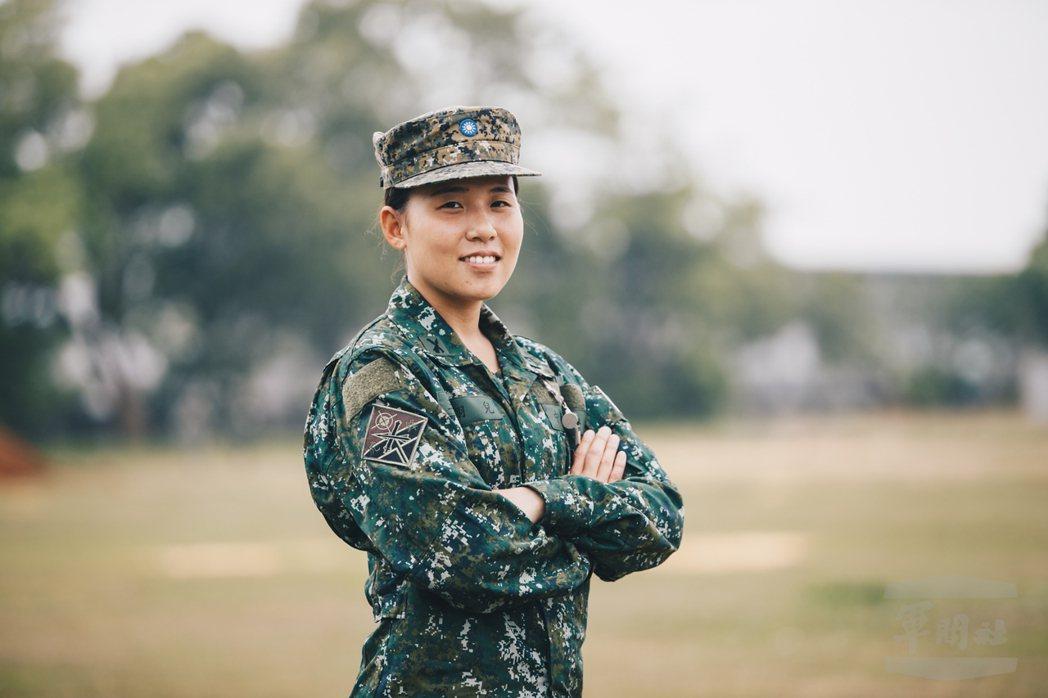 去年國防部所屬軍聞社,特別報導服役於陸軍58砲指部的王翎兒中尉,她於2015年以...