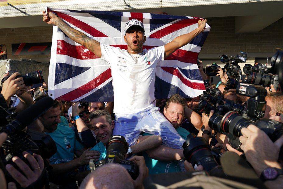 英國車手漢米爾頓(Lewis Hamilton)奪得個人第6座世界冠軍! 美聯社