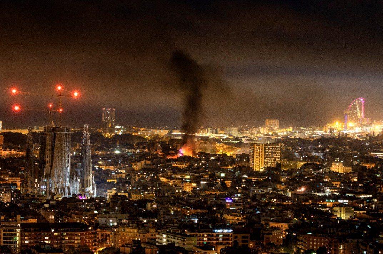 抗議者燃燒東西冒出的黑煙直竄天際,形成一個巨大煙柱。(美聯社)