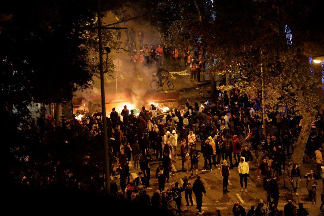 圖為抗議民眾在路上燒東西當成路障。(美聯社)