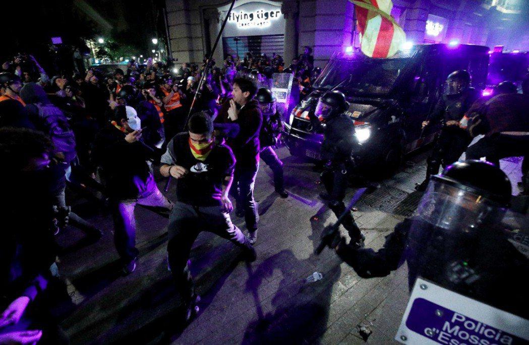 「加獨」運動正從和平示威走向暴力抗爭。圖為10月26日抗議民眾與警發生衝突畫面。...