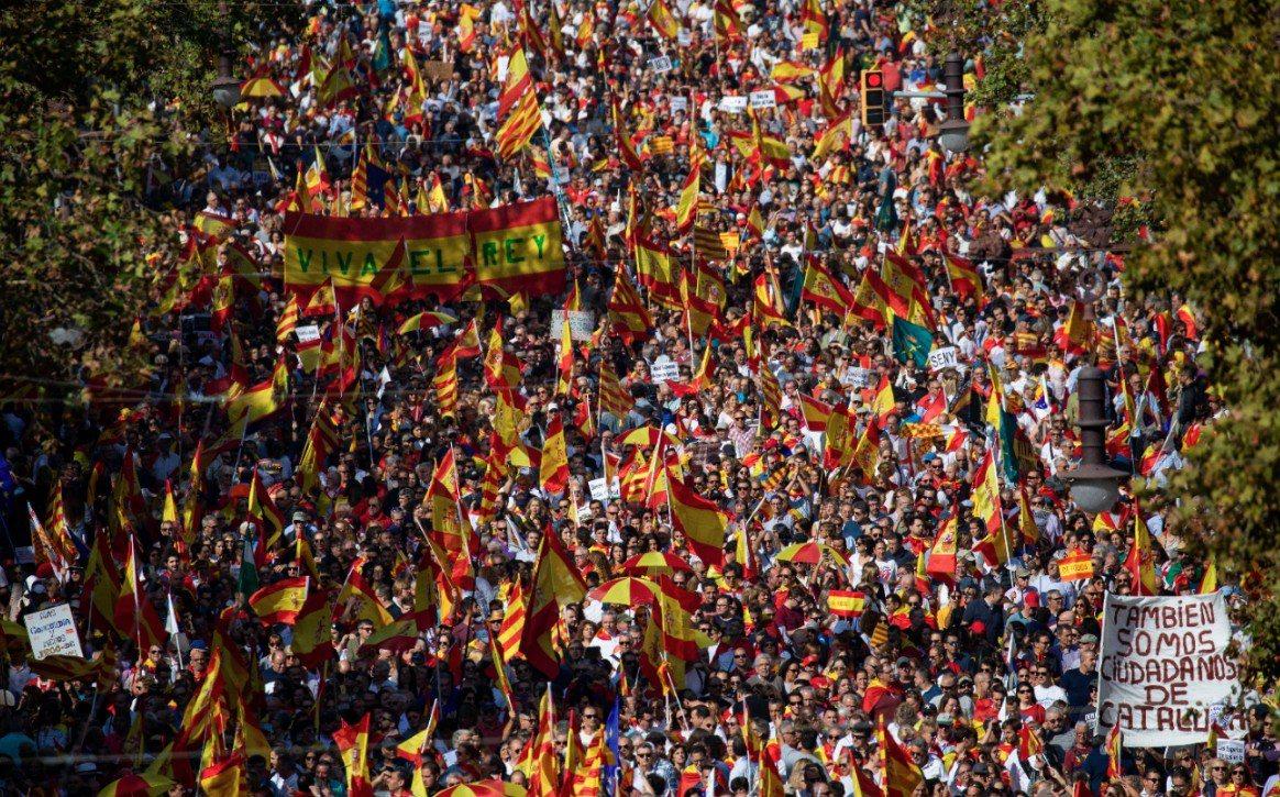 獨派人士的暴力抗議行為激起反對者的反感,在10月27日上街呼籲團結。(美聯社)