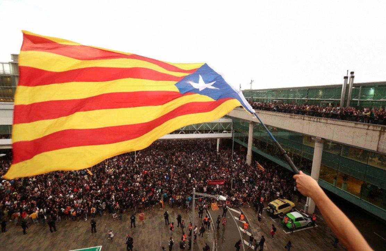 大批「加獨」民眾在馬德里當局重判多未獨派領袖後,湧向巴塞隆納國際機場想要癱瘓空中...
