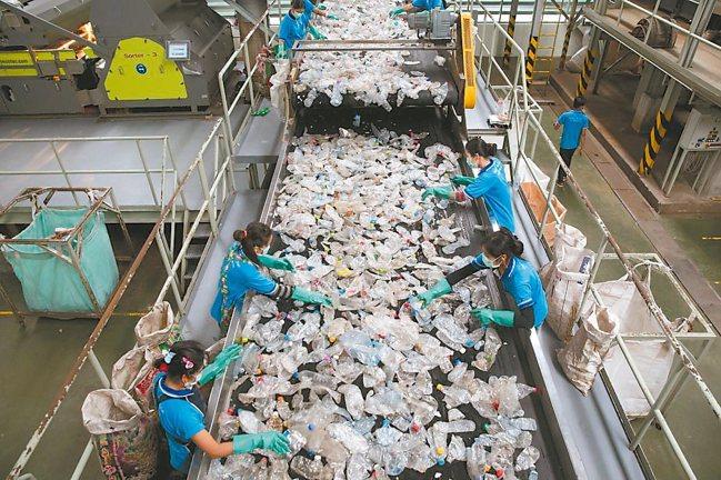 Indorama老闆羅希亞近年砸重金擴產,堅稱玻璃和鋁產生的碳排比塑膠還多,回收...