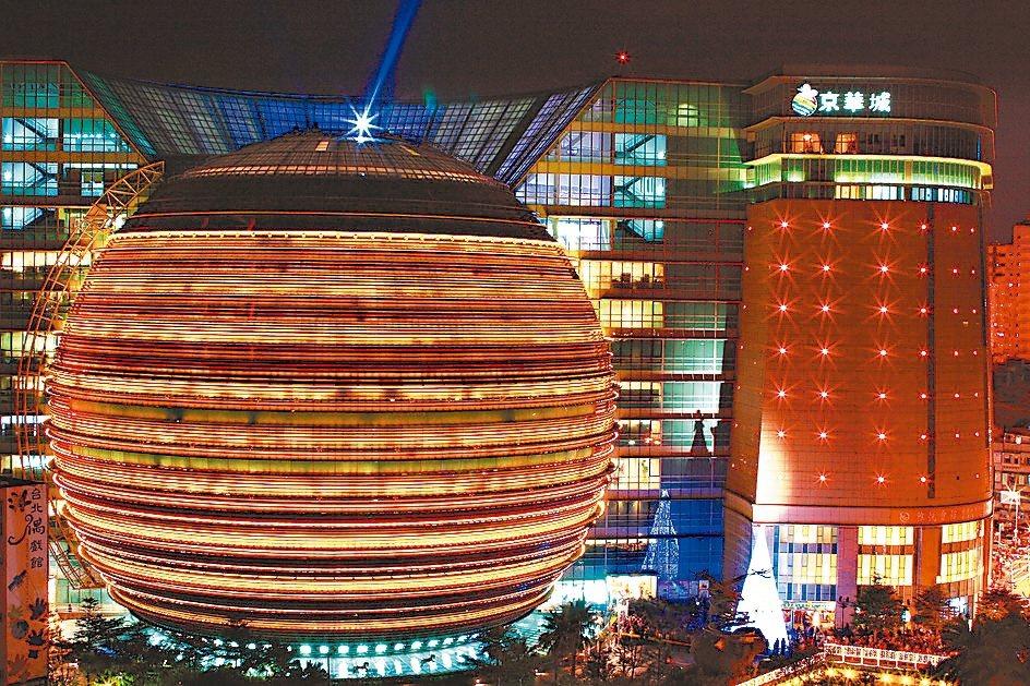 京華城將改建商辦,每坪至少150萬元起跳,行情直逼信義計畫區水準。 本報系資料庫