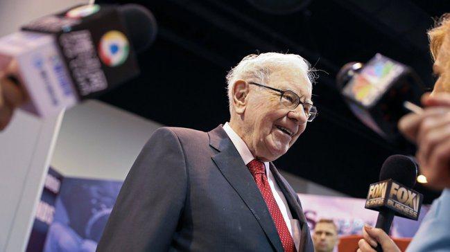 巴菲特在5月股東大會現場接受媒體訪問。圖/路透