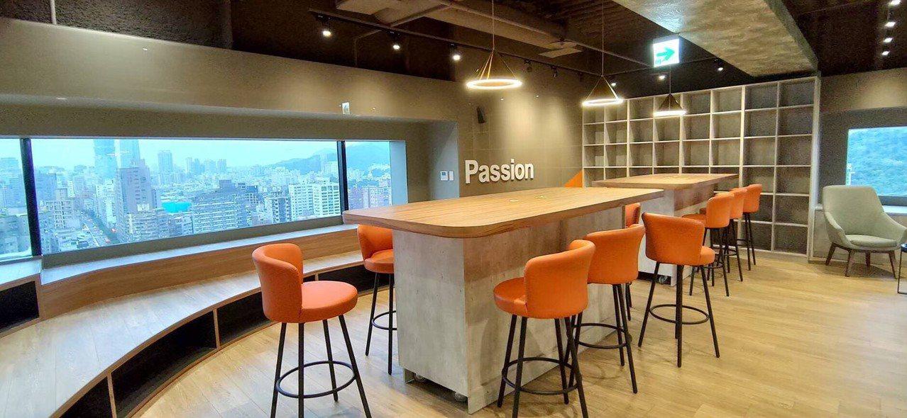 數位辦公室裡一處空間~可以休息、可以工作討論、可以遠眺台北101的舒適空間。 (...
