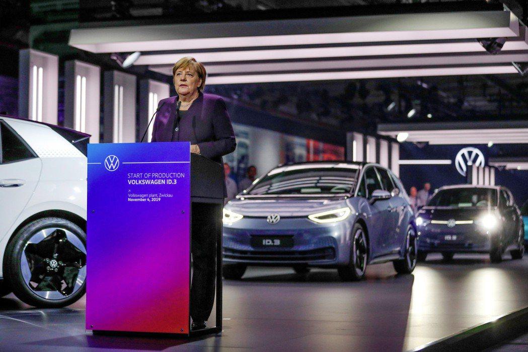 德國總理梅克爾表示,希望德國能在2030前設置100萬座充電站。 摘自Volks...