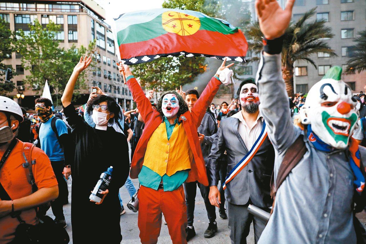 智利反政府遊行中出現裝扮成電影和漫畫反派角色小丑的示威者。 美聯社