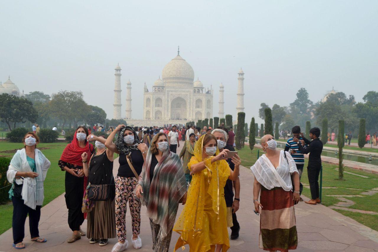 印度知名的泰姬瑪哈陵366年前完工後,首度耗資約新台幣百萬元大舉更換環繞圓頂主建...