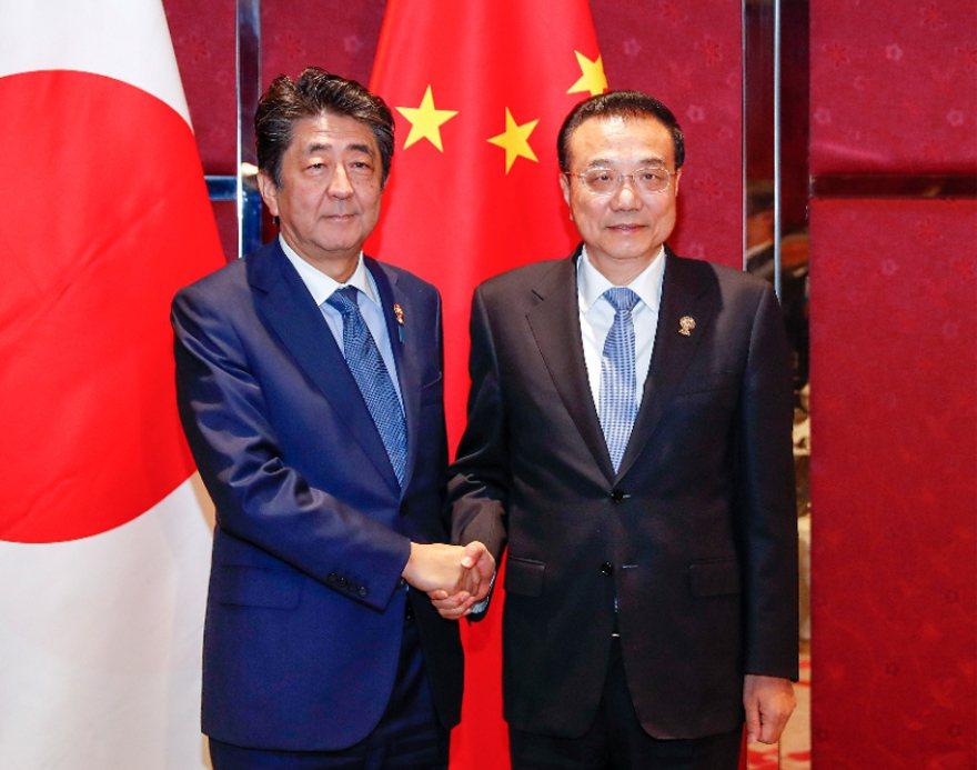 中共國務院總理李克強在曼谷會見日本首相安倍晉三。 中新社