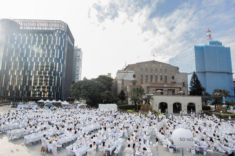 台北國際白色野餐選在舊總督府,國定古蹟中山堂舉辦,期待藉由「台北國際白色野餐」的...