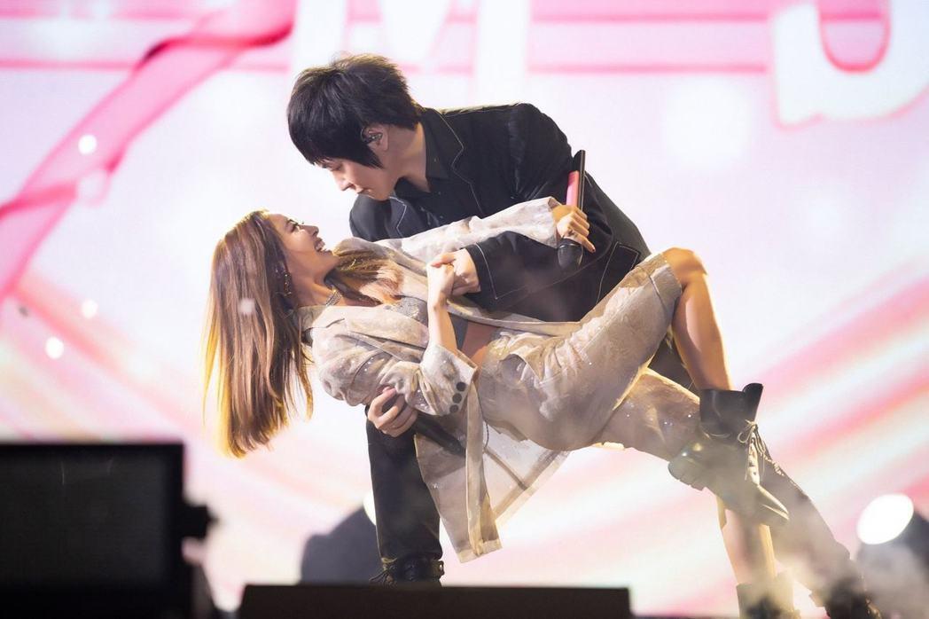 蔡依林擔任五月天演唱會嘉賓,與阿信跳雙人舞。 圖/擷自蔡依林臉書