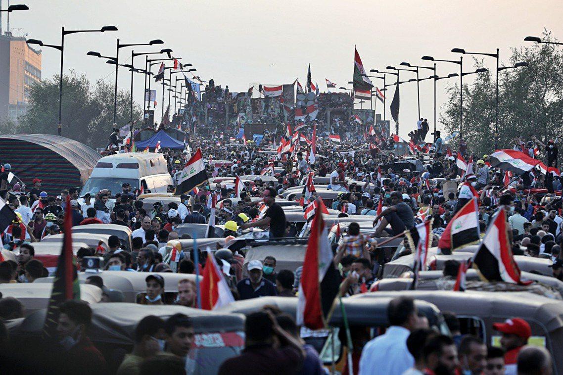 伊拉克大批青年走上街頭憤怒爆發,除了對於各種經濟蕭條、政策失能大感不滿外,對於當...