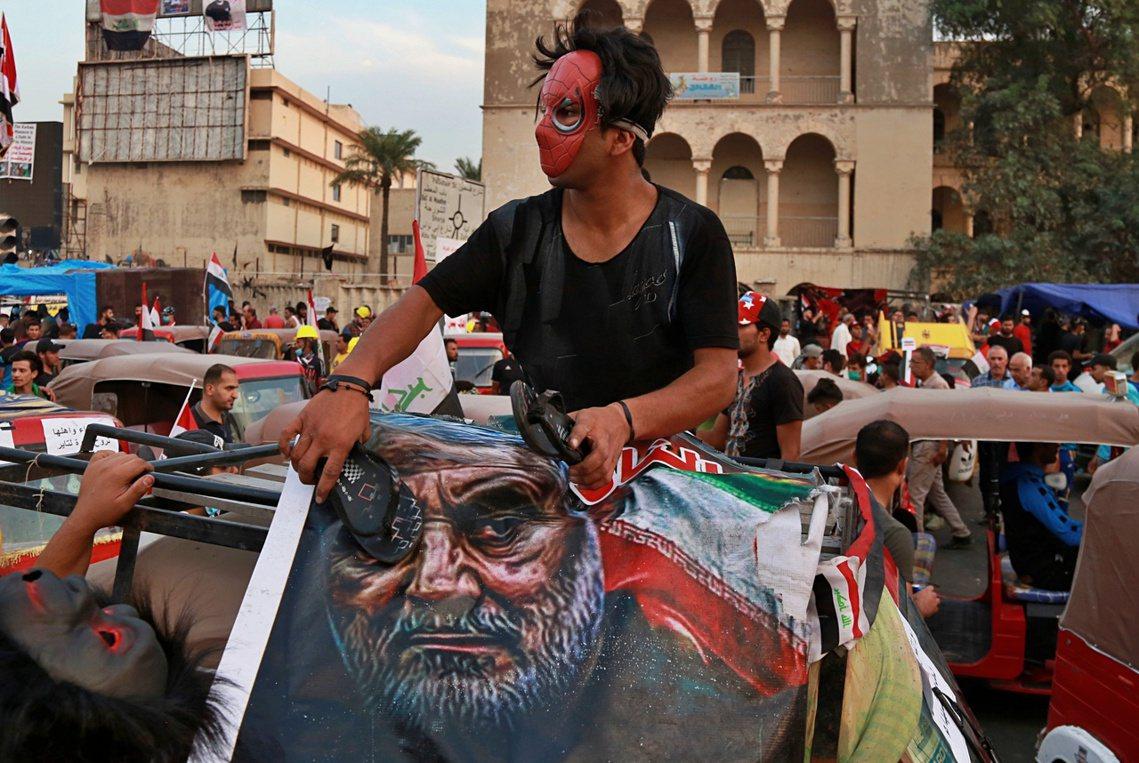 隨著戰後伊拉克青年的成長與覺醒,年輕一輩對於「伊朗老大哥」的不斷干政,卻也開始感...