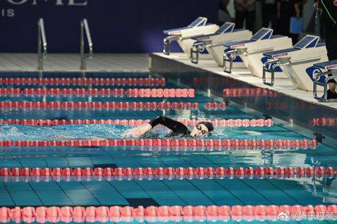 大陸明星運動會「超新星全運會」第2季週末展開直播,明星們挑戰自我,奮力一搏的精神讓粉絲也看得熱血沸騰,其中游泳項目更是讓人相當期待!當中火箭少女101的Sunnee(楊芸晴)在女子組50米個人賽中,...