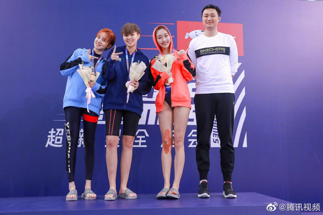 女子50m游泳賽金牌Sunnee(左二)、銀牌陳小紜(左一)、銅牌宣璐(右二)圖...
