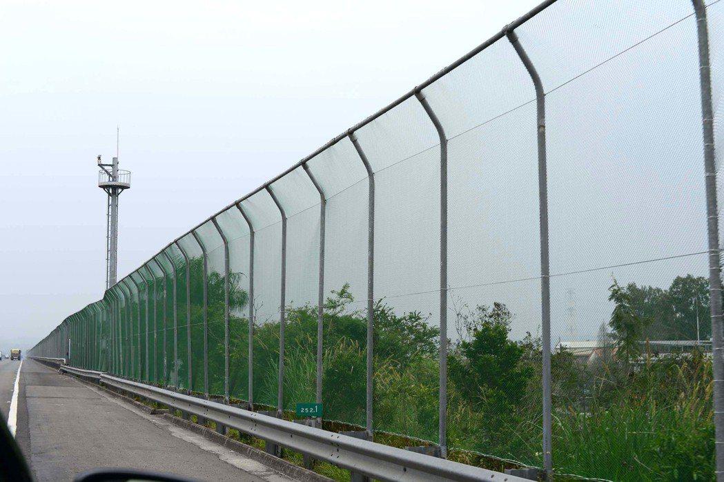 國道3號林內段的紫斑蝶防護圍籬,作用是拉升紫斑蝶穿越國道時的飛行高度,減少紫斑蝶...