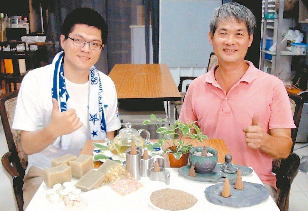 返鄉青年段兆陽(左)與專攻園藝造景的父親(右)合作,以香草植物開發出香磚、香皂等...