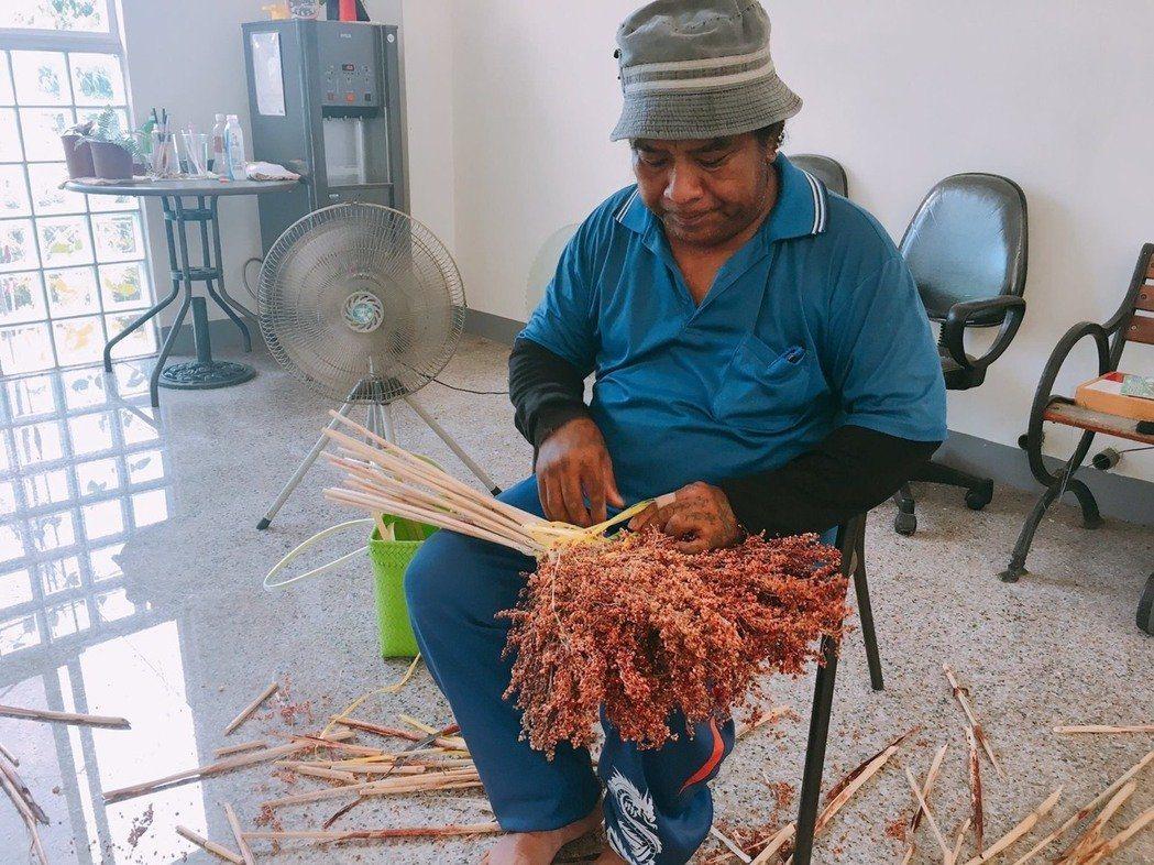 部落族人利用自然資源生產家用產品。 圖/鳩浙恩澇工作室提供