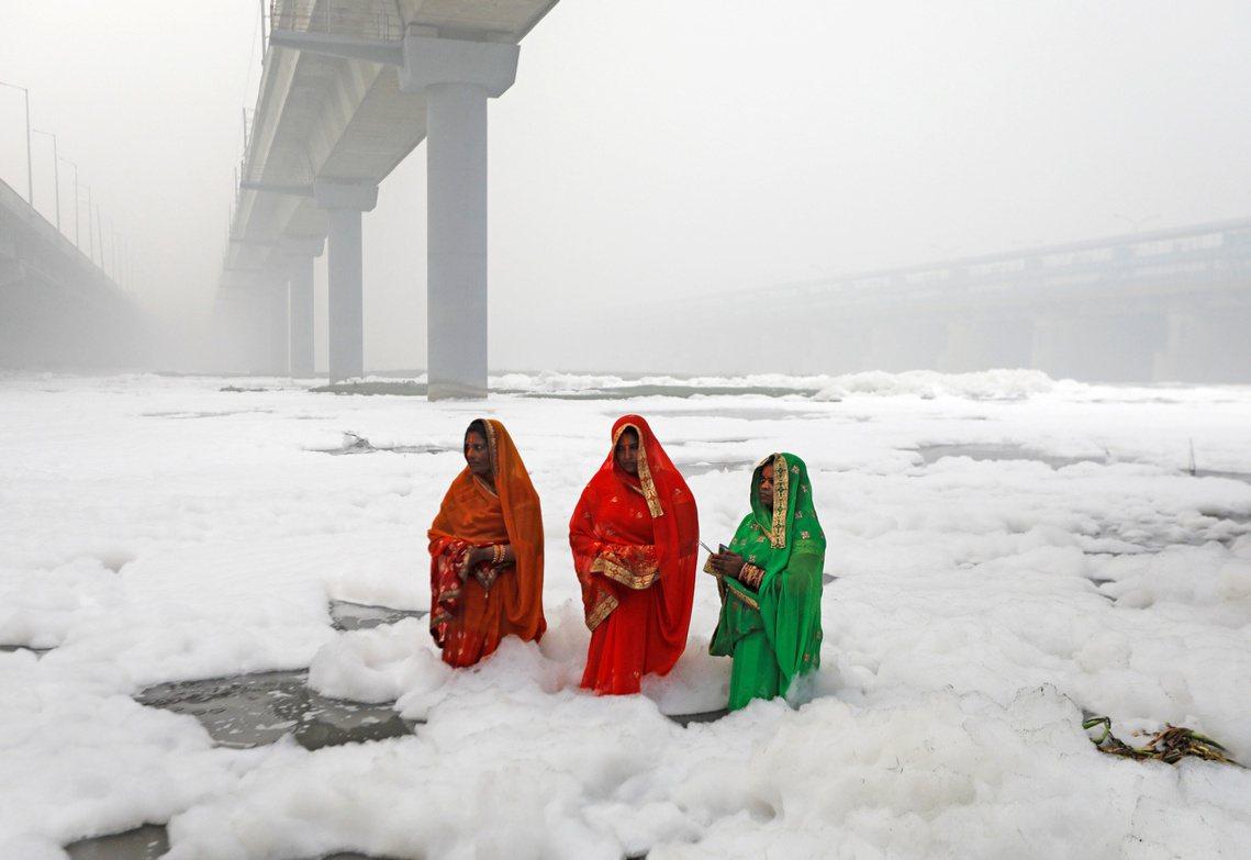 印度德里首都圈為首的北部地區,過去一周遭遇今年最慘的空污。但2日太陽神節,民眾仍...