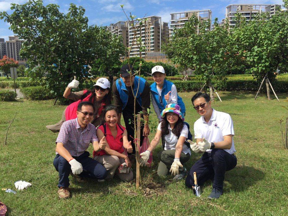 國際扶輪社3522地區連續第三年在「公八防災公園」舉辦種樹,增種9300棵82種類,希望透過將原生植物種植,讓態可以更加豐富。 圖/紅樹林有線電視提供
