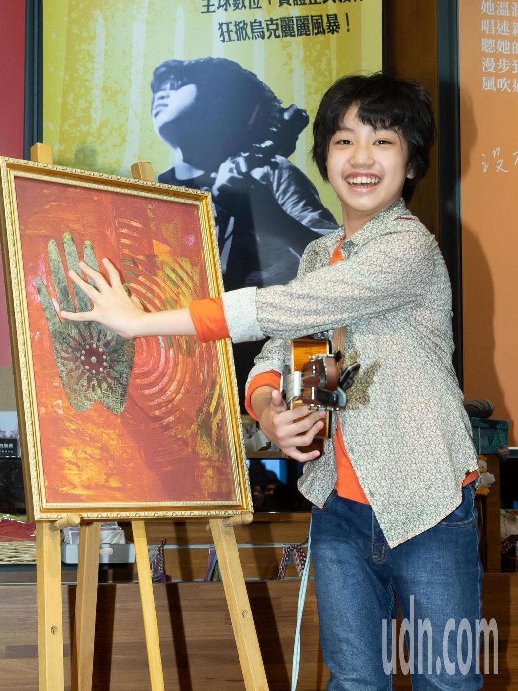 馮羿開心收下經典畫作「掌中的太陽」。記者季相儒/攝影
