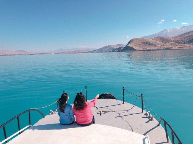凡湖相當迷人,從早到晚樣貌多變。記者魏妤庭/攝影