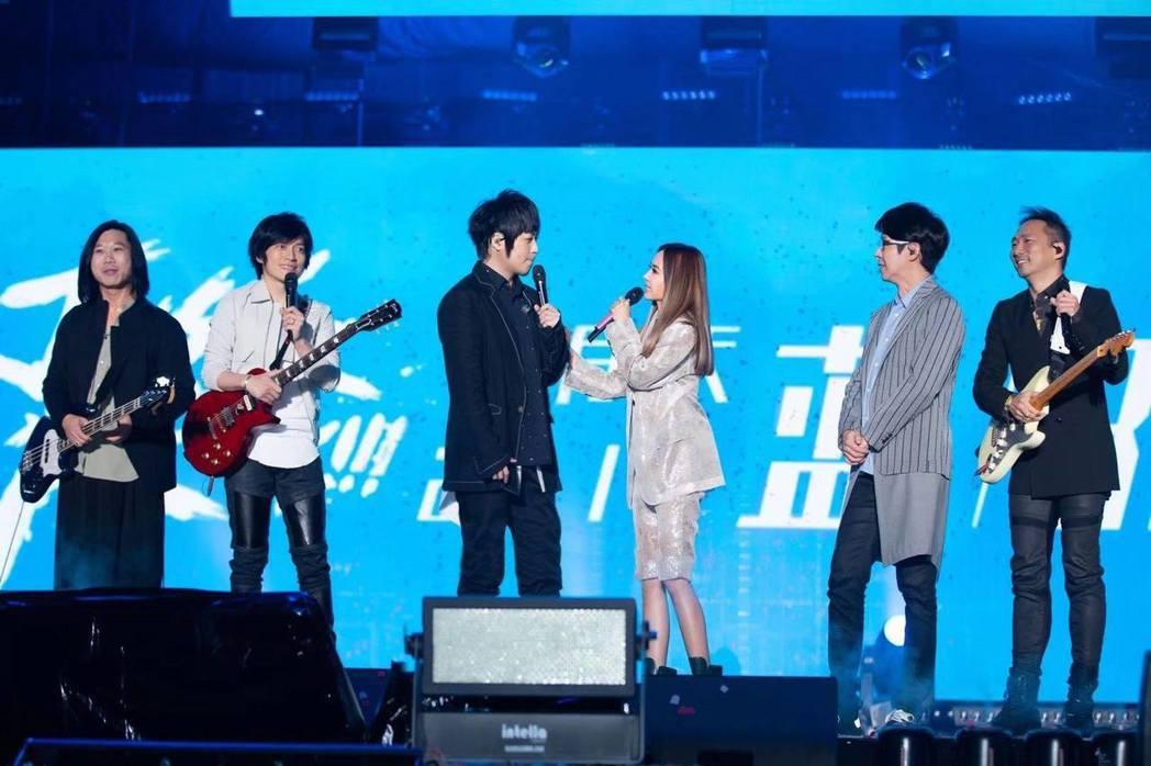 五月天邀請蔡依林(右三)擔任演唱會嘉賓。圖/摘自臉書