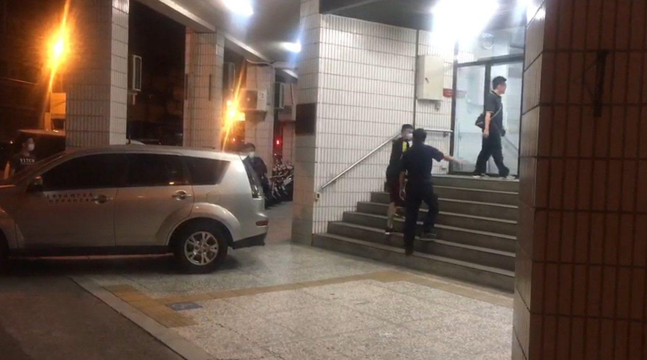 台中市陳姓男子等5人昨天晚間10時許涉嫌南區仁義街槍擊案,今天凌晨陸續被警方帶回...