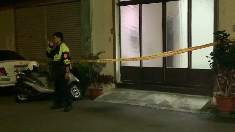 台中市南區仁義街昨天深夜傳出槍響,曾姓男子左大腿中彈送醫,警方到場拉封鎖線。圖/...