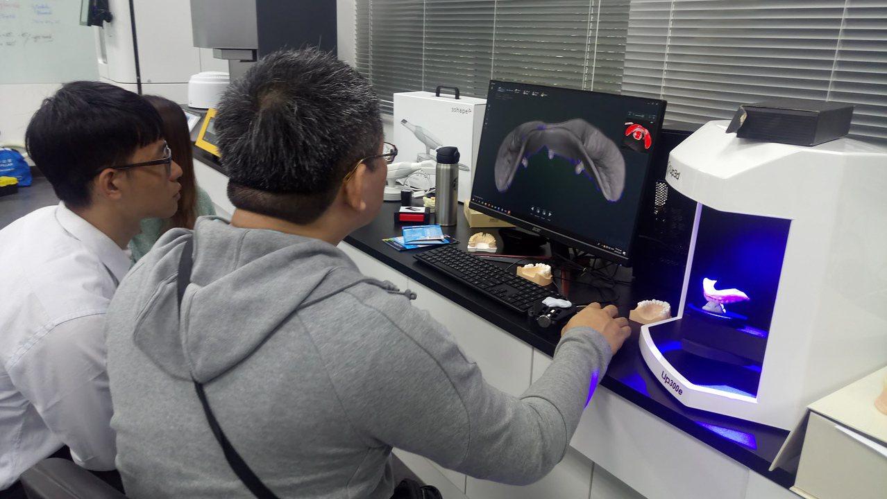 數位牙醫技術近年蔚為主流,陽明大學與台灣國產醫材廠商合作,打造數位牙醫教學示範中...